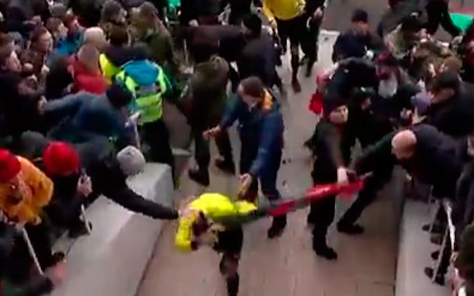 После матча Верес— Колос болельщики устроили потасовку, охрана применила газ