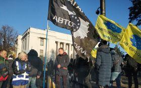 """В урядовому кварталі Києва триває протест власників авто на """"євробляхах"""" - фото"""