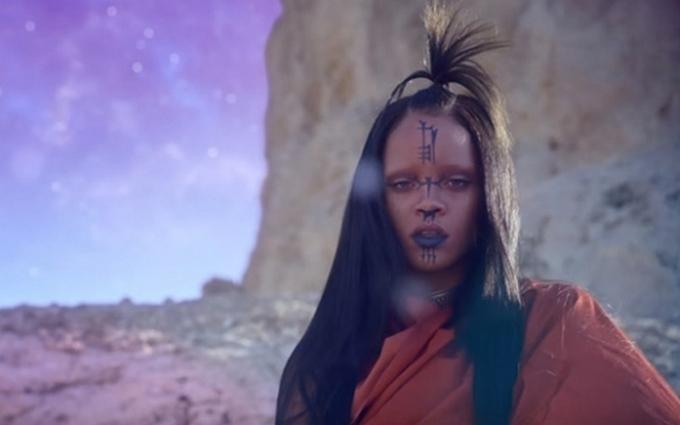 Американська співачка в новому кліпі перевтілилася в прибульця: опубліковано відео