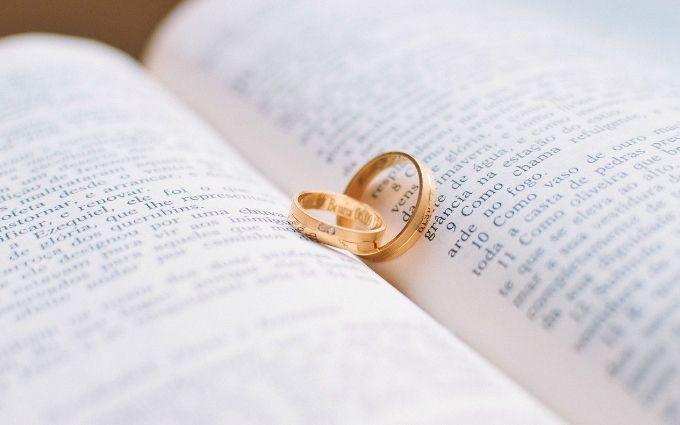 Обручальные кольца из золота: что сейчас модно