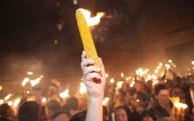 В Україну доставлено Благодатний вогонь: з'явилося відео