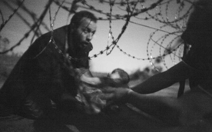 Снимком года по версии World Press Photo стало фото с мигрантами