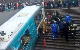 В Москве пассажирский автобус влетел в подземку, много погибших: фото и видео