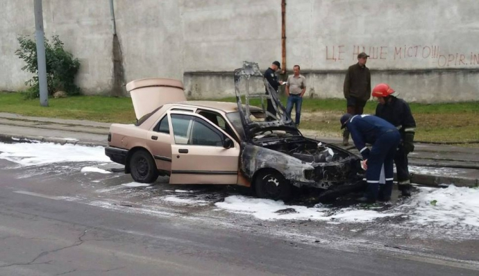 У Львові таксі спалахнуло прямо на дорозі: з'явилися фото і відео (1)