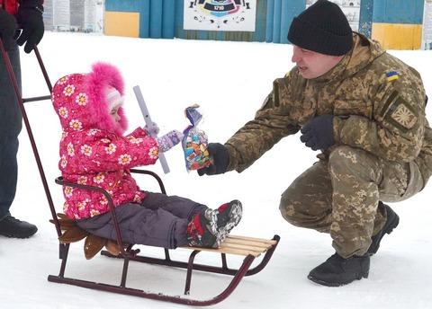 Офицеры гражданско-военного сотрудничества на Луганщине поздравили детей зоны АТО с Рождеством (6 фото) (1)