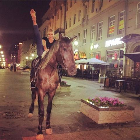Волочкова зробила шпагат сидячи верхи на коні (1)