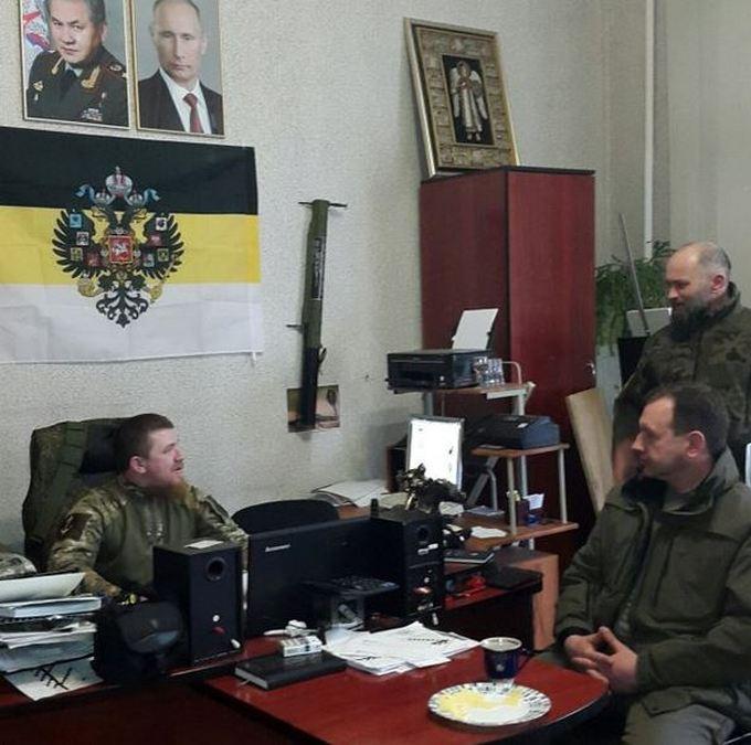 В соцсетях иронизируют над пафосным кабинетом боевика Моторолы (1)
