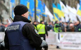 Протест против карантина: митингующие и полиция устроили стычки под Кабмином