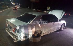 В Киеве водитель Lexus сбил трех человек, оставил авто и скрылся с места ДТП
