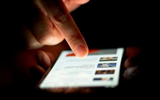 Звичка сидіти зі смартфоном у компанії - вчені з'ясували, про що це говорить