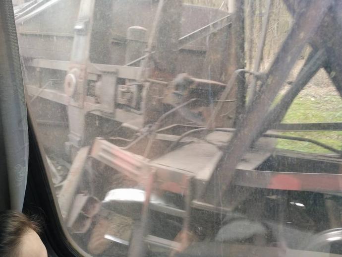 Под Мариуполем грузовой поезд сошел срельсов иперевернулся