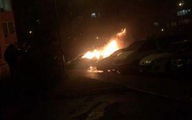 Підпал авто в Києві: з'явилося нове яскраве відео