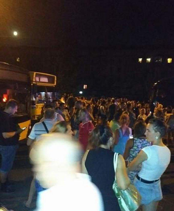 Киевляне в знак протеста перекрыли Харьковское шоссе: появились фото и видео (2)