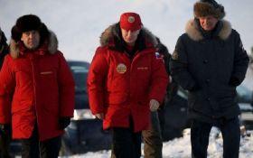 Путина в Арктике встретили картой с украинским Крымом: опубликовано фото