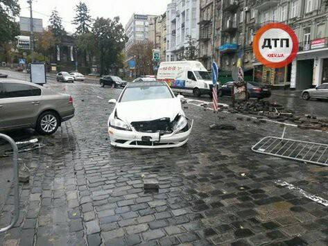 У Києві водій врізався в пам'ятник герою Небесної сотні: з'явилися фото (1)