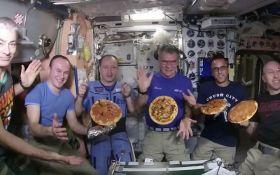 Астронавти МКС приготували піцу в невагомості: опубліковано відео
