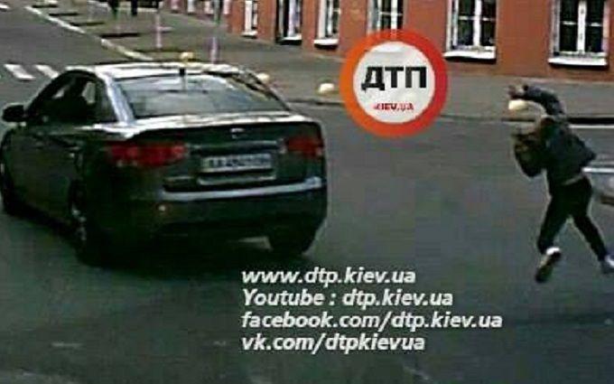У Києві водій збив дитину і втік: з'явилося драматичне відео