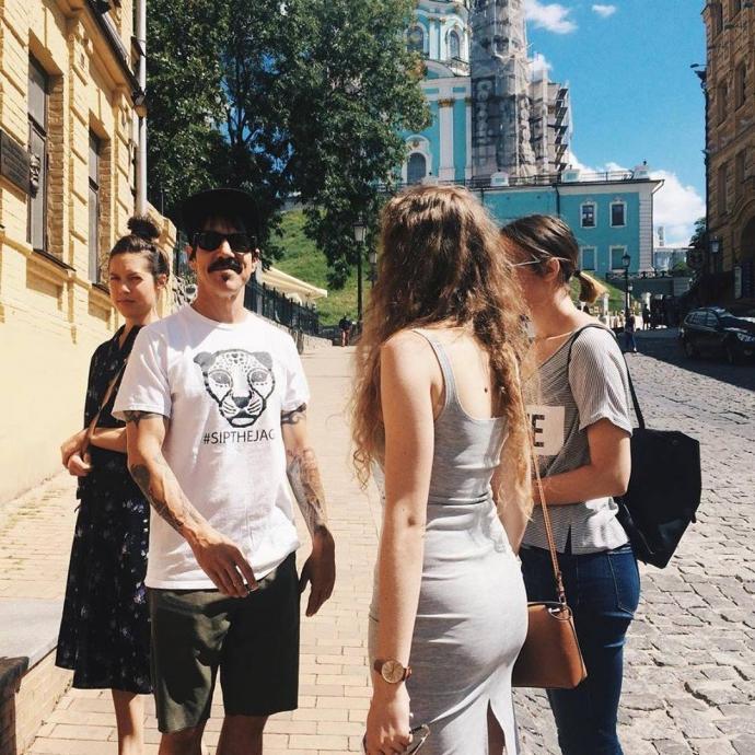 Учасники Red Hot Chili Peppers прогулялися Києвом: опубліковані фото (1)