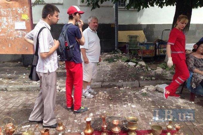 У Києві обвалився карниз будівлі і травмував перехожих: з'явилися фото і відео (1)