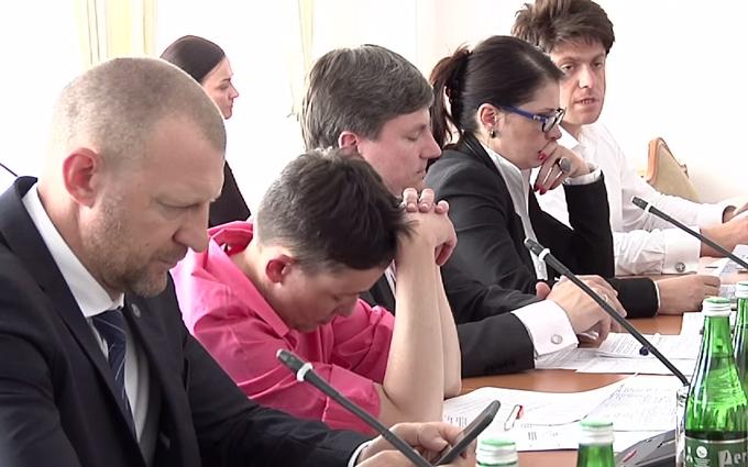 У мережу потрапило відео з Савченко, куняючою на комітеті Ради