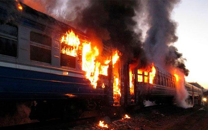 В Україні прямо на ходу загорівся поїзд: опубліковано відео