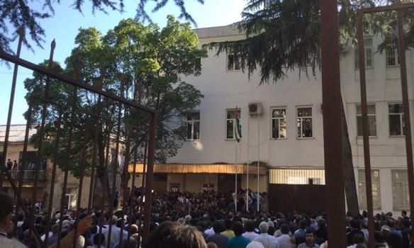 В Абхазії пройшов масовий мітинг з коктейлями «Молотова»: з'явилися фото і відео (1)