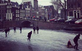 Через аномальні морози в Амстердамі замерзли канали: опубліковані видовищні фото і відео