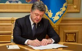 Порошенко публічно підписав раніше ветований закон про дипломатів