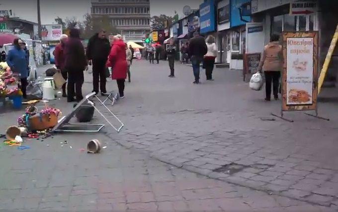 Соцмережі насмішили київські торговці, що влаштували битву біля метро: опубліковано відео