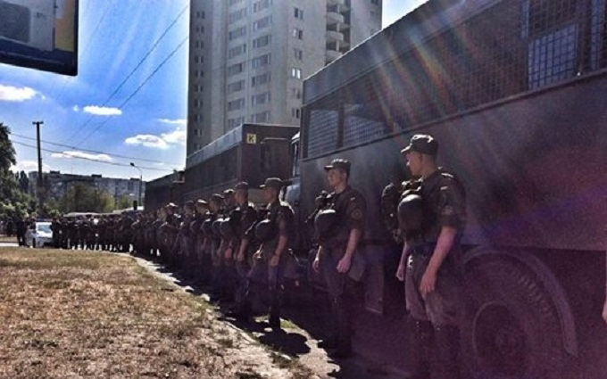Біля будівлі Оболонського суду в Києві сталася бійка: опубліковано відео