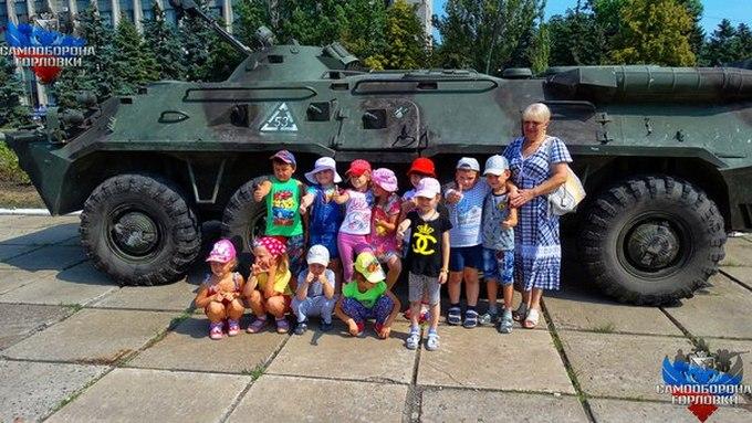 Бойовики на День ВДВ влаштували стрілянину і одягли дітей у військову форму: з'явилися фото (1)