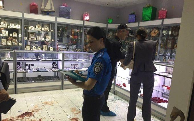 У Києві стався озброєний напад на ювелірний магазин: опубліковані фото