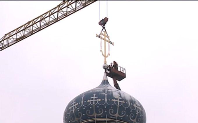 В Москве установлен крест на храме, построенном в память сотрудников КГБ (ВИДЕО)