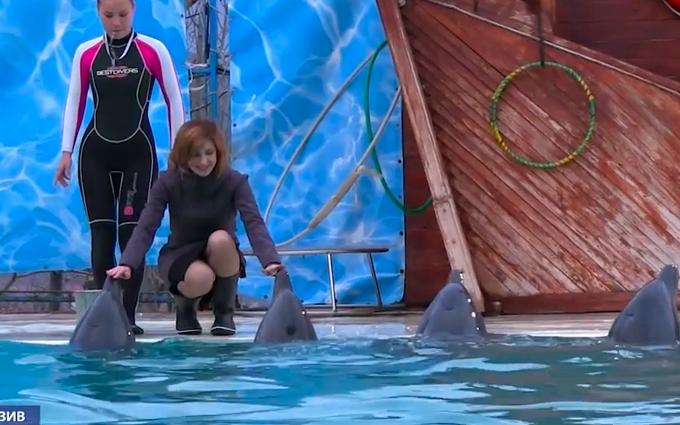 В сети появилось видео развлечений Поклонской с дельфинами