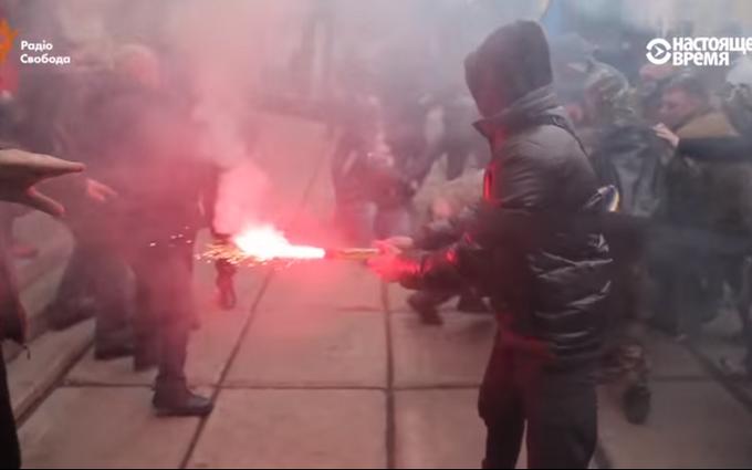 """На Донбассе бойцы """"Азова"""" подрались с мэром: опубликовано видео"""