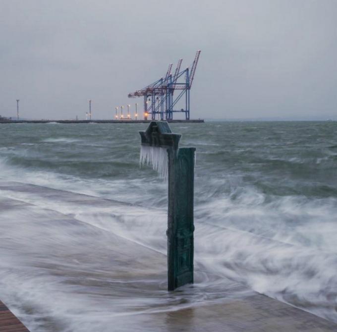 Пляжи Одессы после шторма украсили удивительные сосульки: появились фото и видео (1)