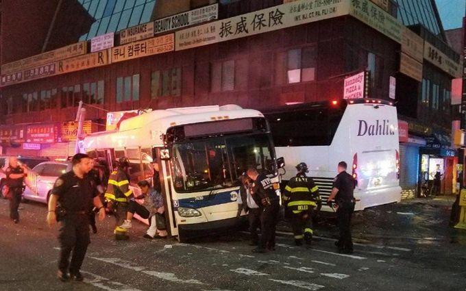 В Нью-Йорке произошло смертельное столкновение автобусов: опубликованы видео