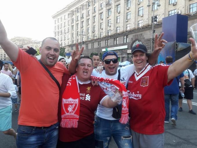 """Как фанаты """"Реала"""" и """"Ливерпуля"""" гуляют по Киеву перед финалом Лиги чемпионов: яркие фото и видео (1)"""