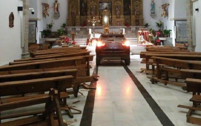 """Испанец разгромил храм, спасаясь от """"дьявола"""" - опубликовано видео"""