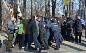 На могиле Шевченко произошла массовая потасовка: появились фото и видео