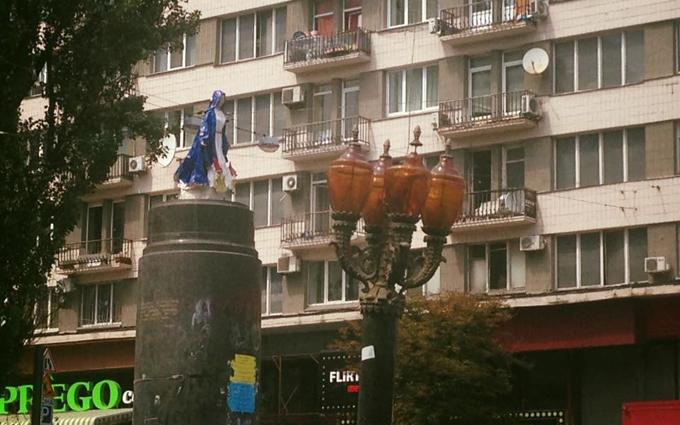 У Києві на місці Леніна з'явилася загадкова фігура: опубліковано фото (1)
