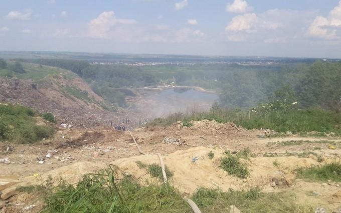 На звалищі під Львовом завалило трьох рятувальників: з'явилися фото і відео