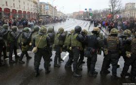 """Лукашенко сідає на шпагат: причини і наслідки розгону """"Майдану"""" в Білорусі"""