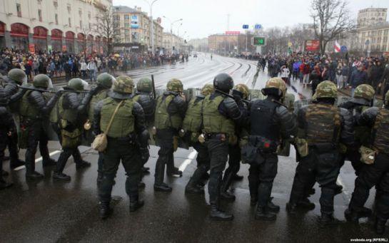 "Лукашенко садится на шпагат: причины и последствия разгона ""Майдана"" в Беларуси"