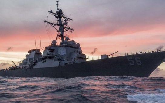 Військовий есмінець США зіткнувся з танкером біля Сінгапуру: з'явилося відео
