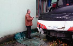 У Житомирі вантажівка протаранила автобус, є загиблий і поранені: з'явилися фото з місця аварії