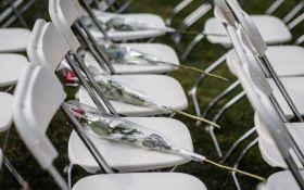 Акция пустых стульев: семьи жертв катастрофы МН17 устроили мощную акцию у посольства России в Гааге