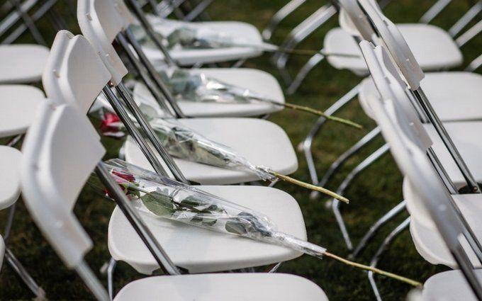 Акція порожніх стільців: сім'ї жертв катастрофи МН17 влаштували потужну акцію біля посольства Росії в Гаазі