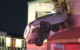 У США автомобіль влетів у вікно другого поверху будівлі: з'явилися фото і відео