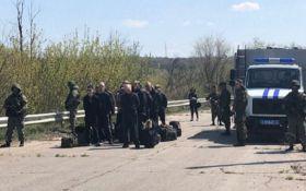 """Бойовики """"ЛНР"""" передали Києву 60 в'язнів - перші подробиці та фото"""